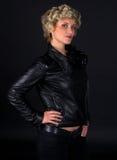 Femme dans des vêtements en cuir noirs de mode Photographie stock libre de droits