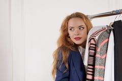 Femme dans des vêtements formels se cachant derrière le compteur image libre de droits