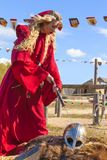 Femme dans des vêtements médiévaux avec une boule et un chevalier menteur image libre de droits