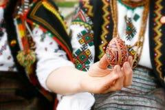 Femme dans des vêtements traditionnels avec l'oeuf de pâques photo libre de droits
