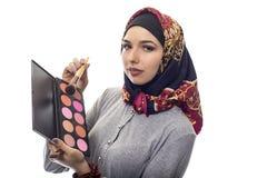 Femme dans Hijab en tant qu'artiste de composer Photos stock