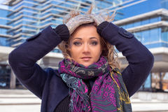 Femme dans l'écharpe avec les cheveux blonds et réflexion dans le bâtiment Photos stock