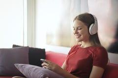 Femme dans l'écouteur photographie stock libre de droits