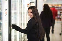 Femme dans l'épicerie photographie stock libre de droits