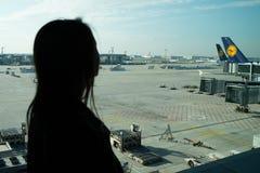 Femme dans l'aéroport, Francfort sur Main, Allemagne Images stock