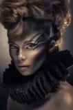 Femme dans l'accessoire de cou avec l'art de visage noir image stock