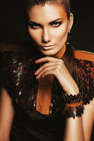 Femme dans l'accessoire en cuir avec le maquillage orange Photographie stock
