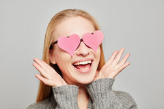 Femme dans l'amour avec deux coeurs roses sur ses yeux Images stock