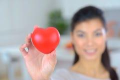 Femme dans l'amour avec le coeur à disposition Photo stock