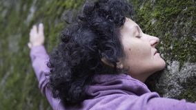 femme dans l'amour détendant étreignant une pierre énorme Photos libres de droits
