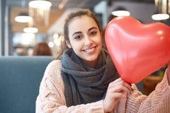 Femme dans l'amour dans le jour de valentines Images libres de droits