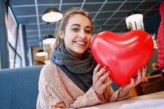 Femme dans l'amour dans le jour de valentines Photo libre de droits