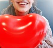Femme dans l'amour dans le jour de valentines Photographie stock libre de droits