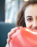 Femme dans l'amour dans le jour de valentines Photos libres de droits