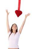 Femme dans l'amour essayant d'atteindre le sourire rouge de coeur Photo libre de droits