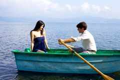 Femme dans l'amour regardant le bateau à rames d'ami Photographie stock libre de droits