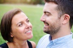 Femme dans l'amour regardant son ami dans les yeux Photographie stock