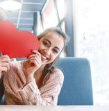 Femme dans l'amour une date en café dans le jour de valentines Photos stock