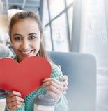 Femme dans l'amour une date en café dans le jour de valentines Images stock