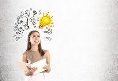 Femme dans l'ampoule beige et et les questions photo libre de droits