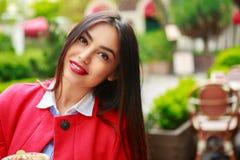 Femme dans l'appareil-photo de regard de sourire heureux de café de café photo libre de droits