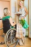 Femme dans l'assistant de réunion de fauteuil roulant Photo stock