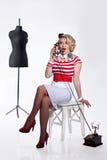 Femme dans l'atelier du tailleur Images libres de droits