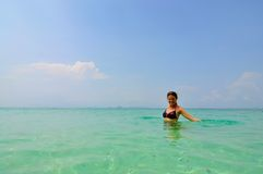 Femme dans l'eau, îles de phi de phi, Thaïlande Photos libres de droits