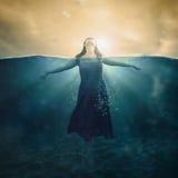 Femme dans l'eau Photographie stock libre de droits