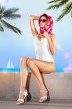 Femme dans l'endroit de station de vacances Photos stock