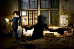 Femme dans l'endroit industriel Images stock