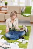 Femme dans l'ennui financier Photographie stock