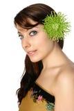 Femme dans l'enveloppe de batik avec le gerbera vert dans son cheveu Images stock