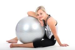 Femme dans l'exercice d'équipement de gymnastique images stock