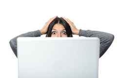 Femme dans l'expression du visage de surprise avec l'ordinateur Photos stock