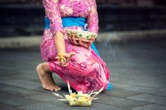 Femme dans l'habillement traditionnel avec l'offre pour des dieux image libre de droits