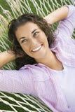 Femme dans l'hamac. Images stock