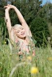 Femme dans l'herbe Photo stock