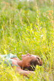 Femme dans l'herbe Image libre de droits