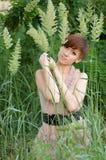 Femme dans l'herbe verte Photo stock