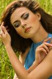 Femme dans l'herbe verte Photographie stock libre de droits