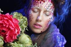 Femme dans l'image créative avec de grandes fleurs Images libres de droits