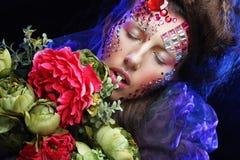 Femme dans l'image créative avec de grandes fleurs Images stock