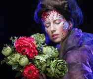 Femme dans l'image créative avec de grandes fleurs Image stock