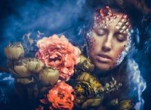 Femme dans l'image créative avec de grandes fleurs Photo libre de droits