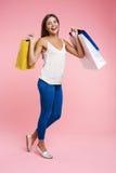 Femme dans l'outfut à la mode de ressort tenant le groupe de paniers Photographie stock libre de droits