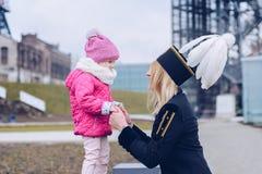 Femme dans l'uniforme noir de gala du mineur avec son enfant Image libre de droits