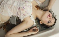 Femme dans la baignoire photo libre de droits