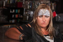 Femme dans la bandanna à un bar photos libres de droits