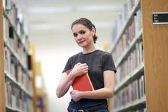 Femme dans la bibliothèque Photographie stock libre de droits